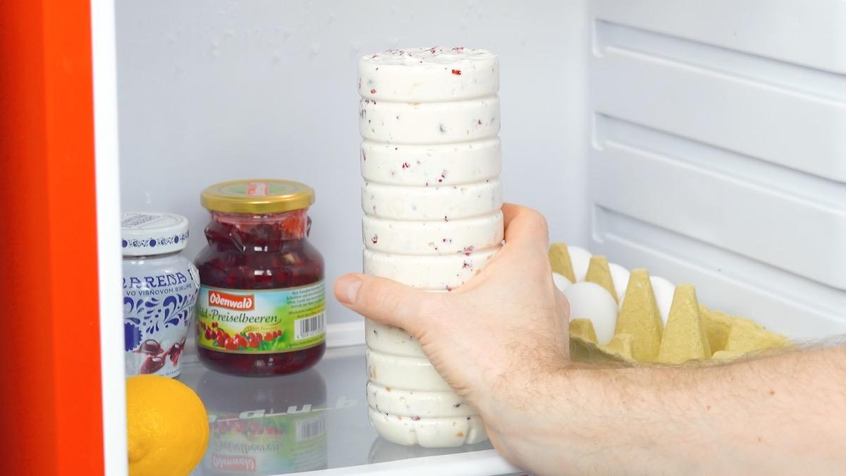coloque a garrafa com creme na geladeira