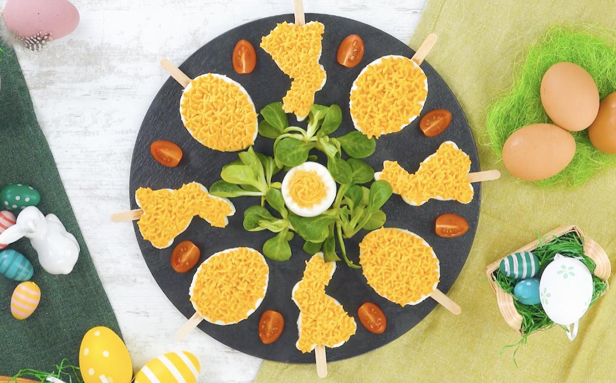 aperitivos de coelhinhos e ovos no palito