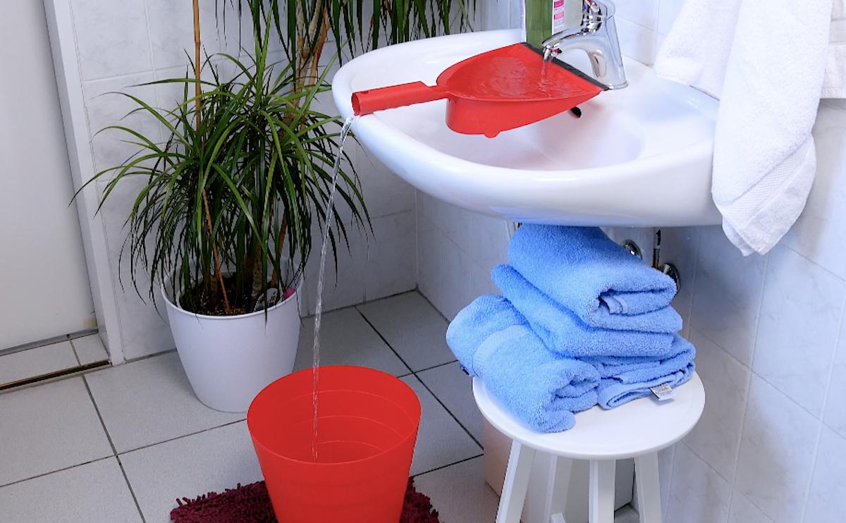 use uma pá para despejar água no balde