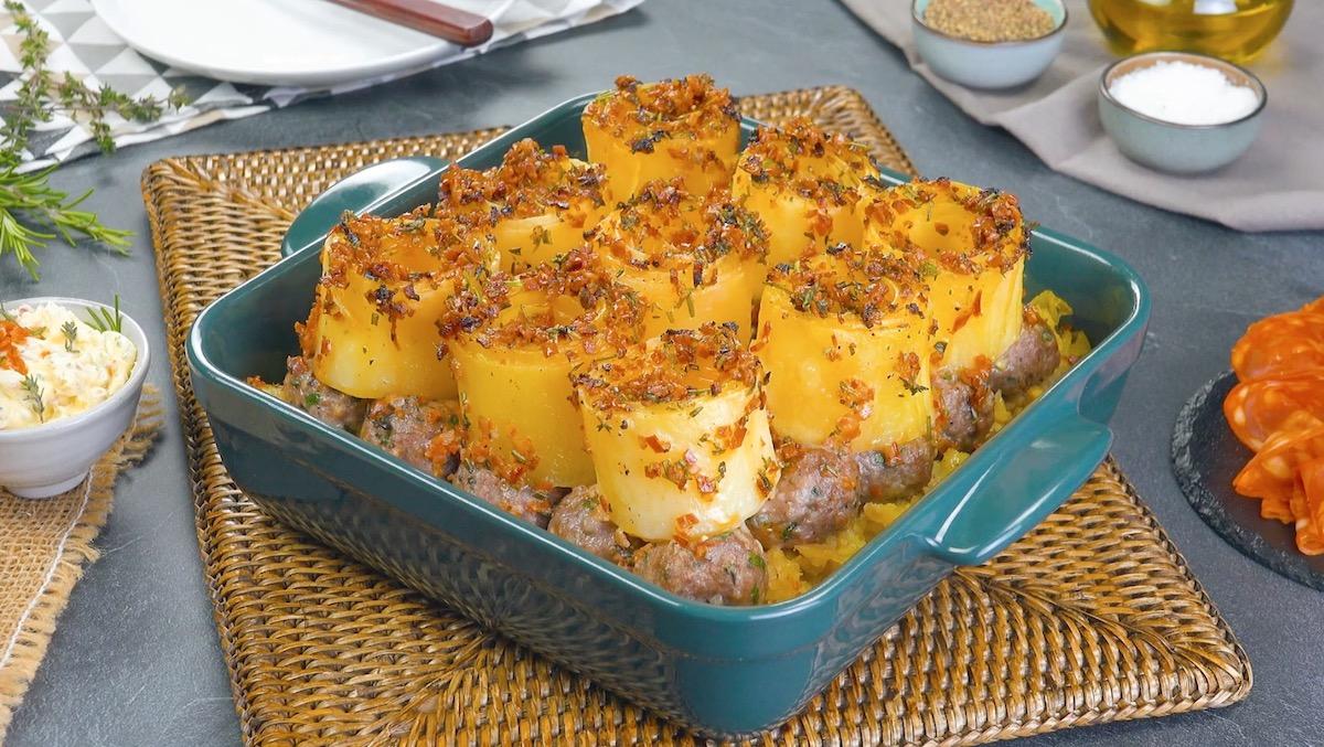 Caçarola de batata e almôndegas com manteiga de linguiça picante derretida