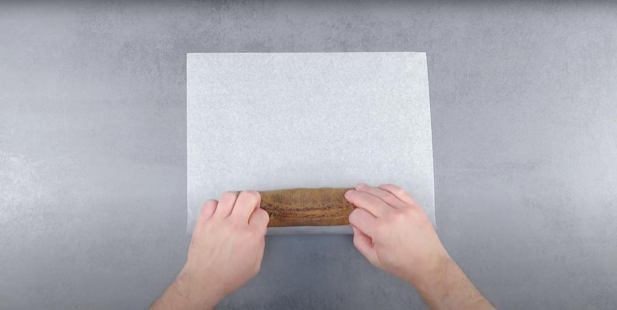 enrole o rolo em papel manteiga