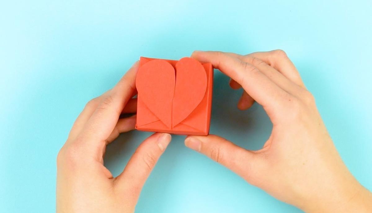 caixa de presente com fecho de coração