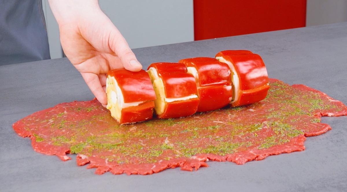 pimentões recheados sobre a carne