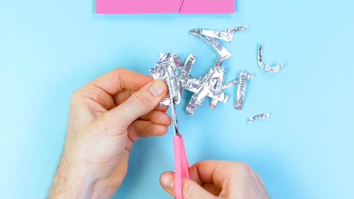 picote o papel alumínio para afiar a tesoura