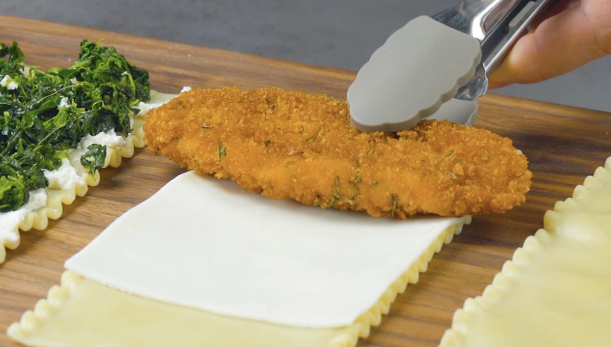massa de lasanha com queijo e frango empanado