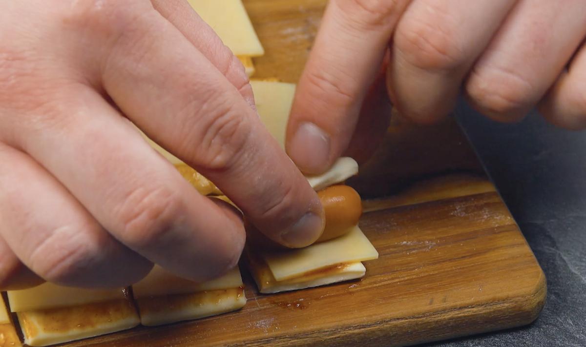 rolinhos de massa de pizza com salsicha, queijo e molho barbecue