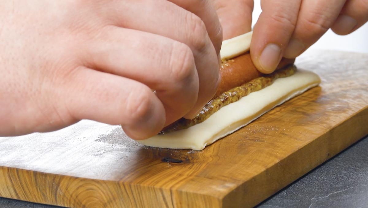 massa de pizza com salsicha, mostarda e mel