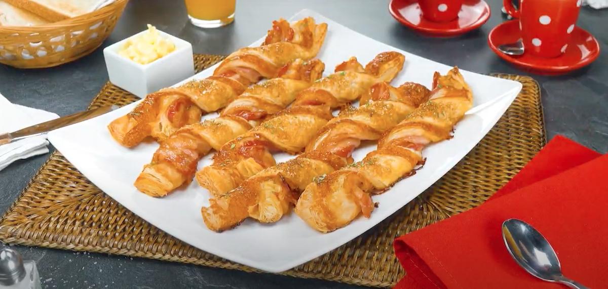 palitos de massa folhada e bacon
