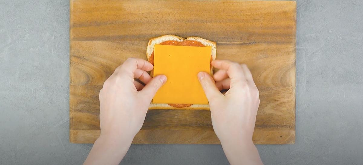 coloque cheddar sobre o salame
