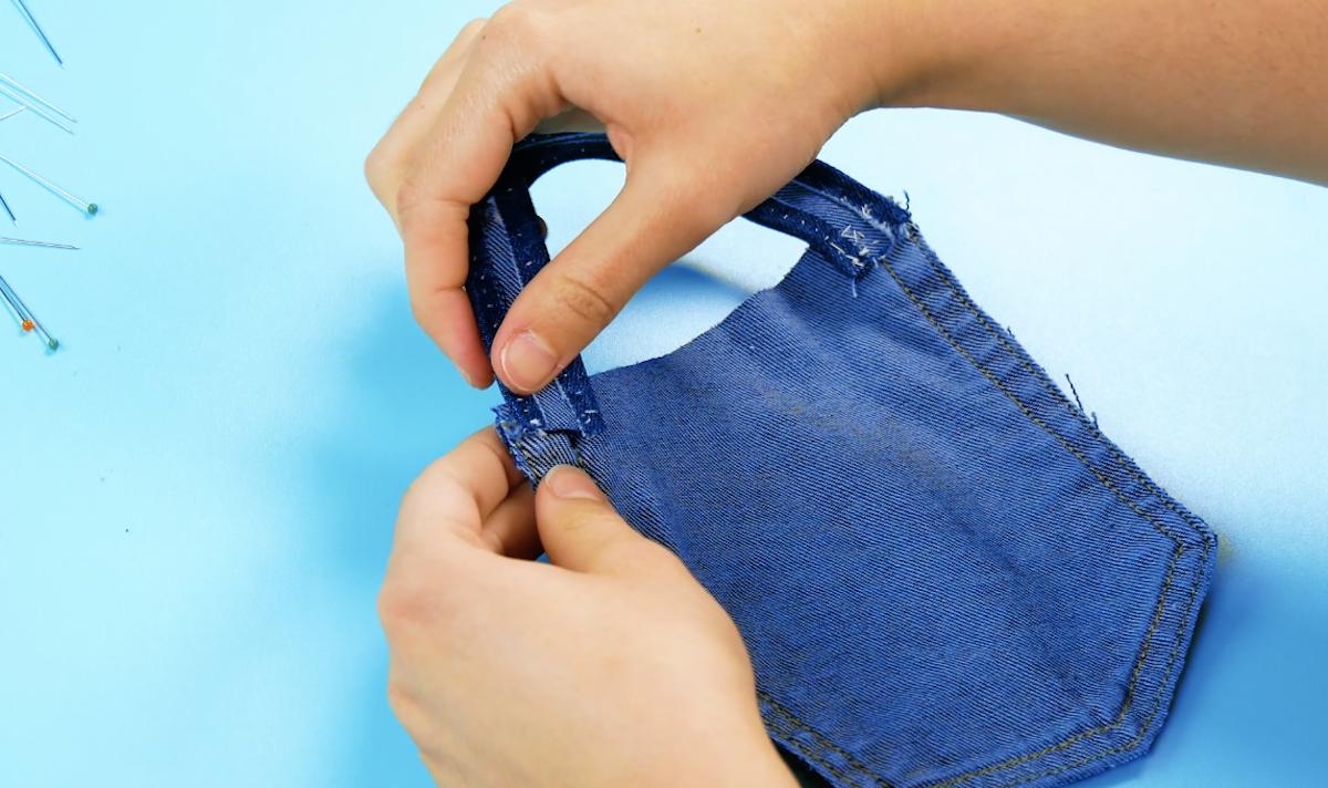 Costure a alça na parte de trás do bolso.