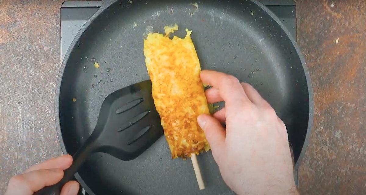 frite o espeto de ovo com batata