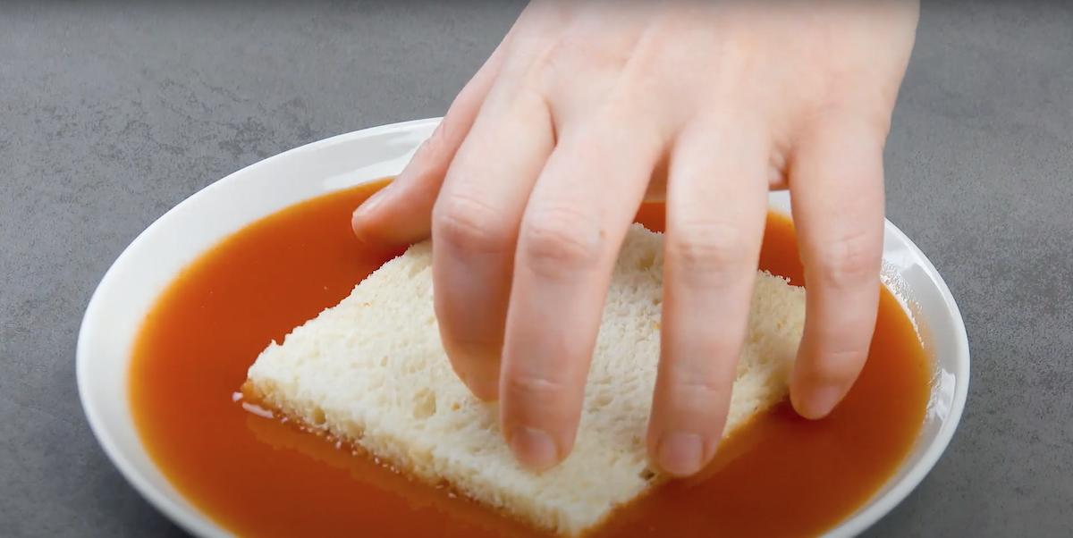 mergulhe o pão no molho