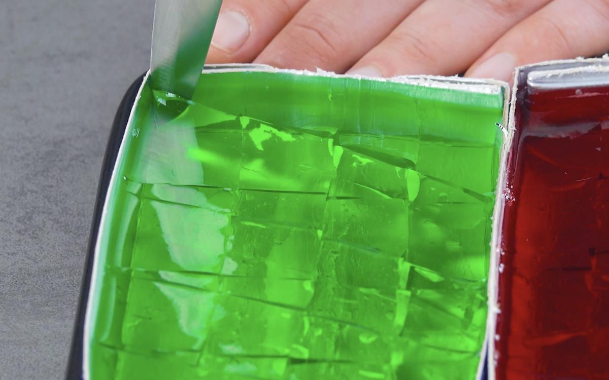 corte as gelatinas em pedaços