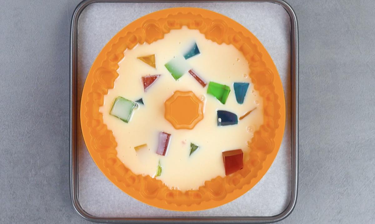 despeje um pouco da gelatina e do creme na forma