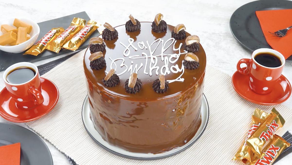 Bolo de chocolate com sorvete, molho de caramelo e Twix