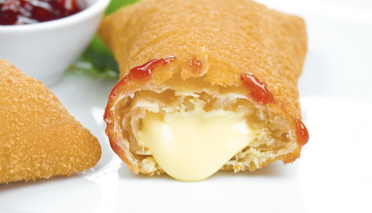 bolinhos fritos com queijo derretido