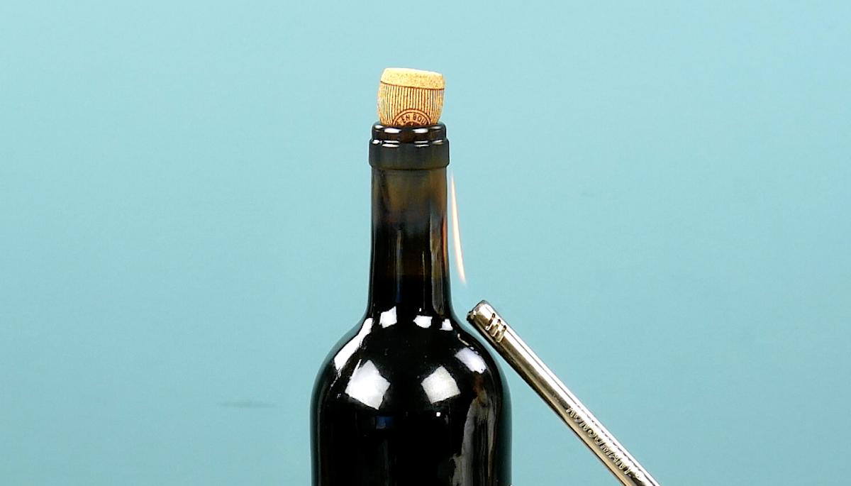 abrir garrafa de vinho com isqueiro