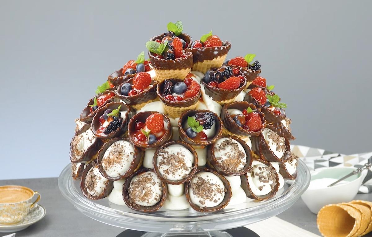 Bolo de casquinhas de sorvete, mousse de chocolate e frutas vermelhas