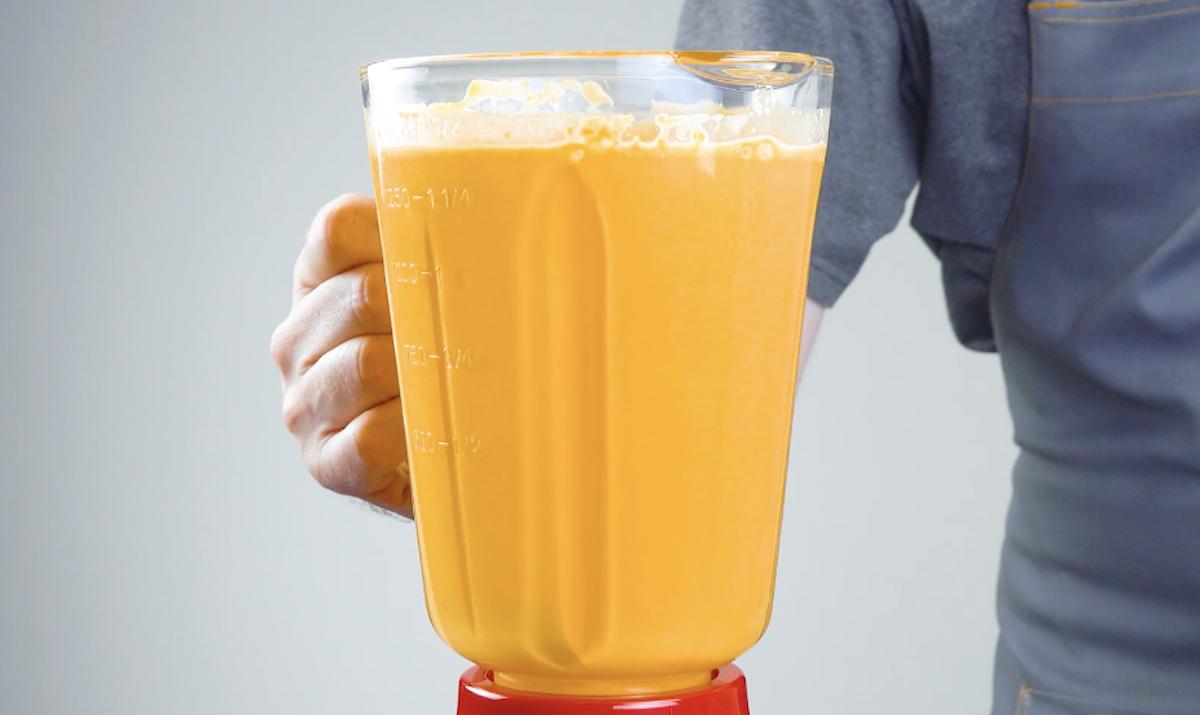 bata cenouras, óleo e ovos no liquidificador