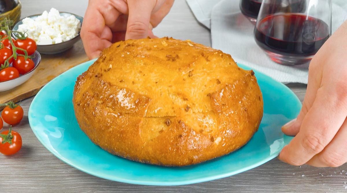 pincele o pão com manteiga e alho