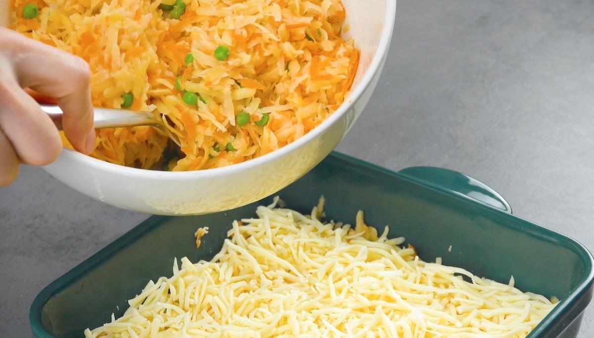 queijo ralado e mistura de batata, cenoura e ervilha