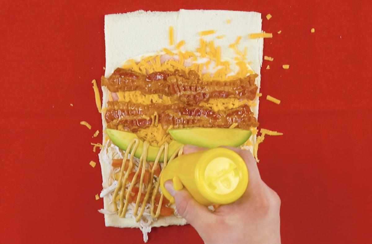 adicione bacon, presunto, abacate, cheddar, mostarda