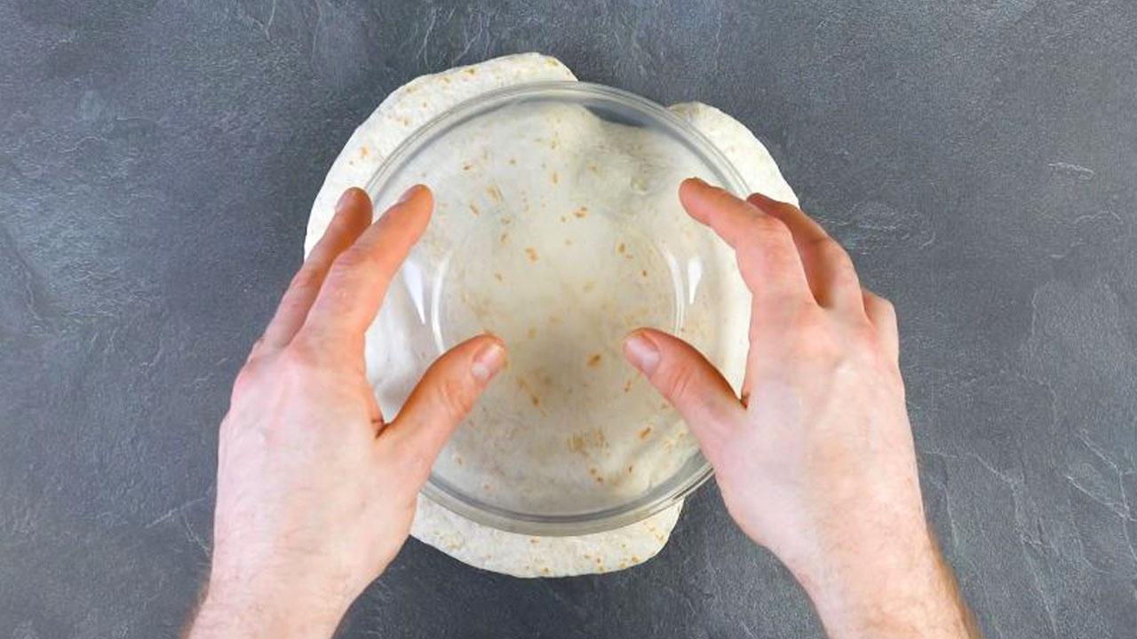 pressione as tortilhas com 2 tigelas