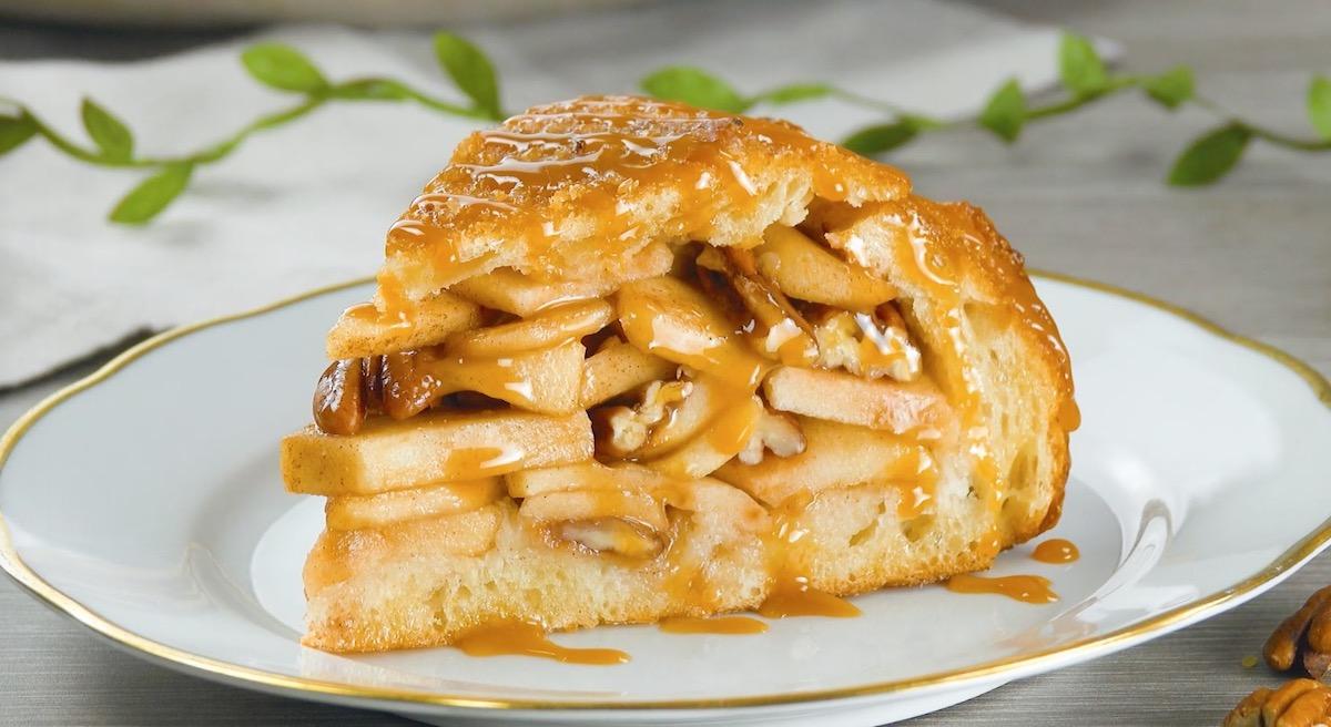 pão de maçã com nozes e calda de caramelo