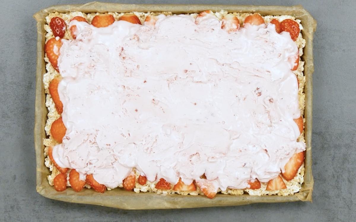 cubra os morangos com sorvete