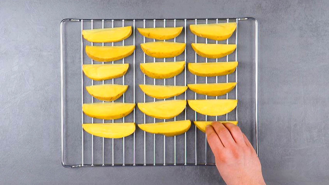 corte as batatas e coloque-as na grelha