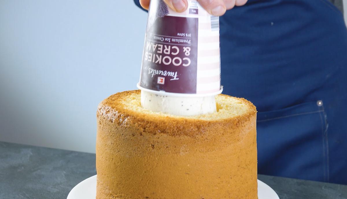 recheie o bolo com sorvete