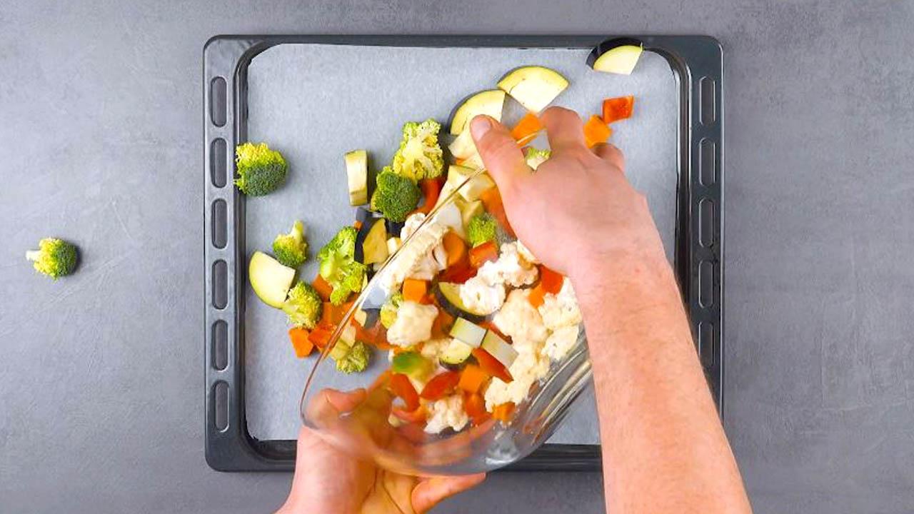 coloque os legumes na assadeira