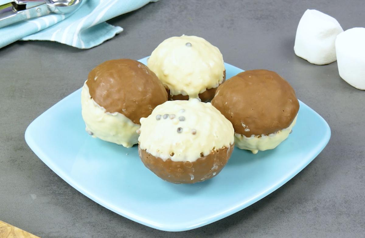 bolas de flocos cobertas com chocolate ao leite e branco