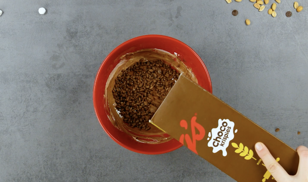 misture os flocos com chocolate e marshmallow