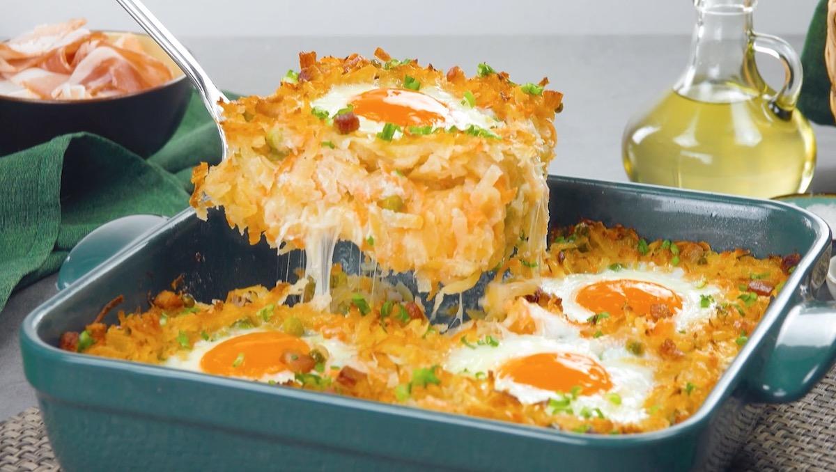 Caçarola de batata com cenoura crocante e ovos fritos