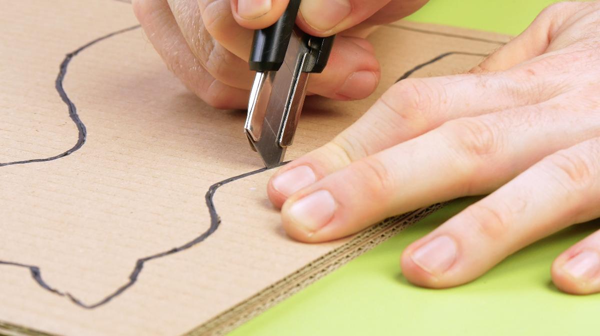 desenhe um gato no papelão e recorte