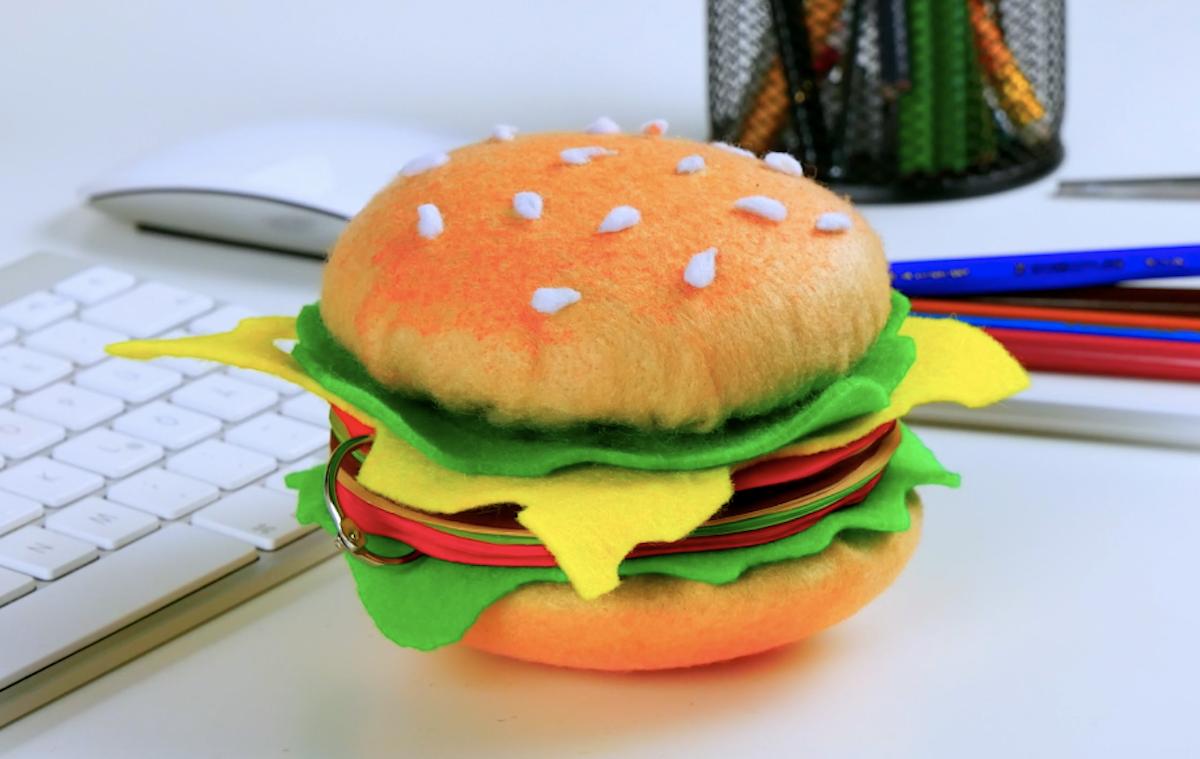 bloco de notas em forma de hamburguer feito de feltro