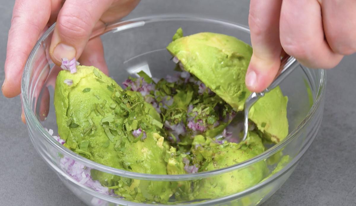 faça o guacamole amassando os ingredientes