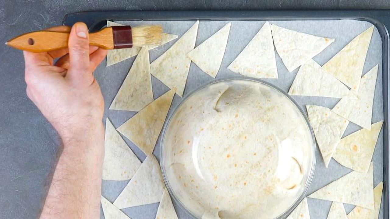 pincele os triângulos de tortilhas com óleo