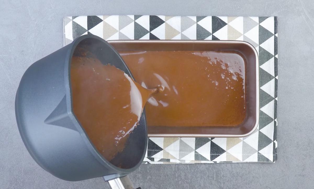 despeje o creme de chocolate na forma
