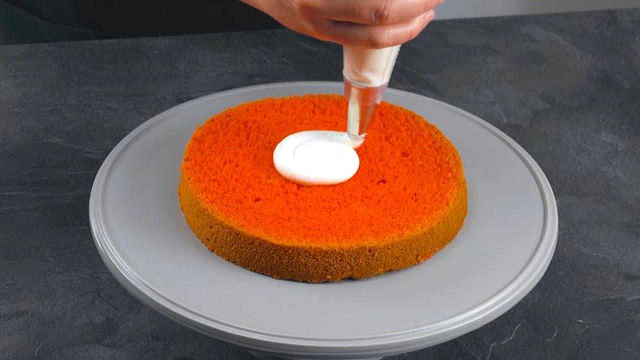despeje o creme no bolo