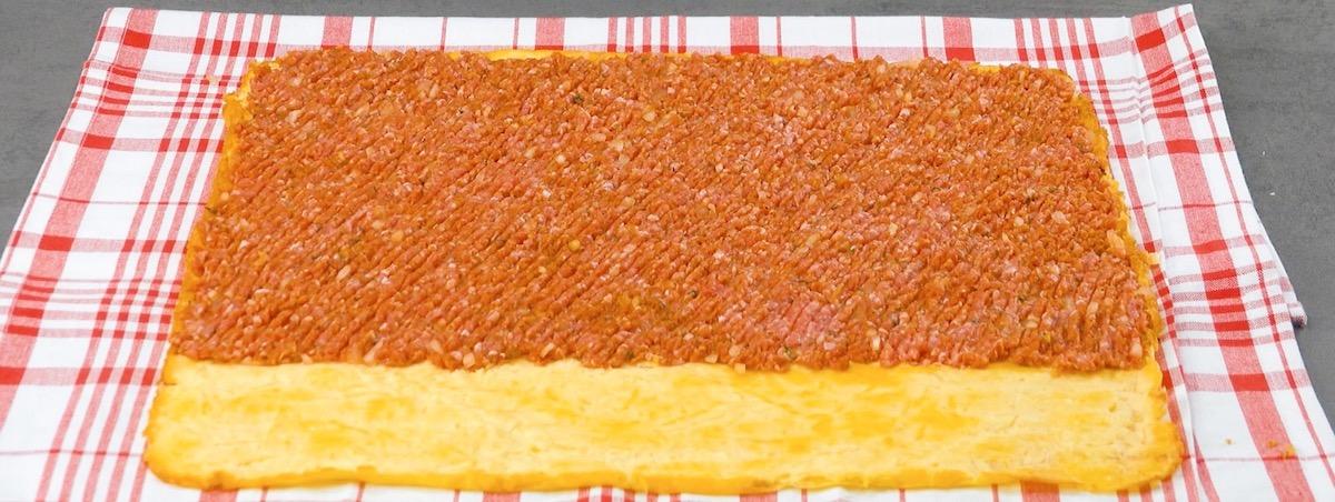 espalhe a carne moída sobre a omelete