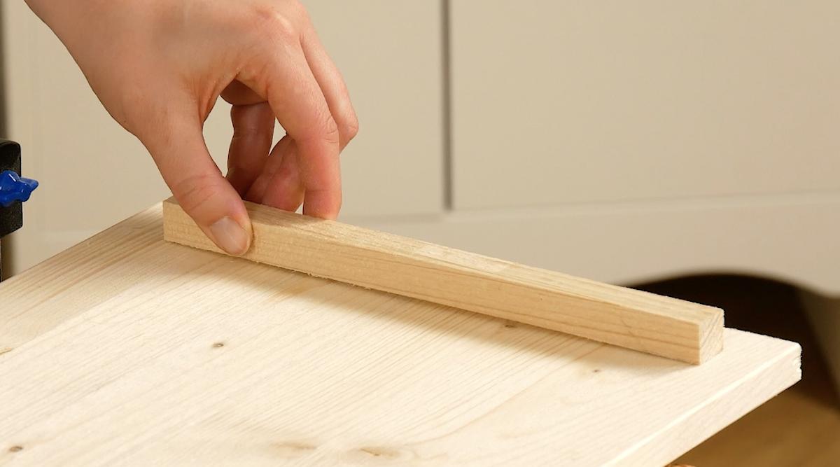 cole dois pedaços de madeira na borda das tábuas