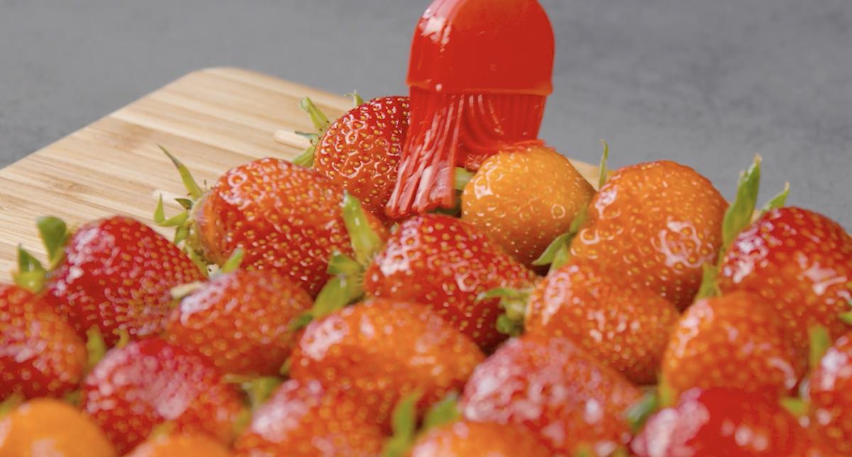 pincele os morangos com a manteiga e mel
