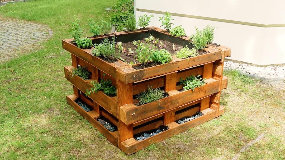 adicione os seixos e as plantas