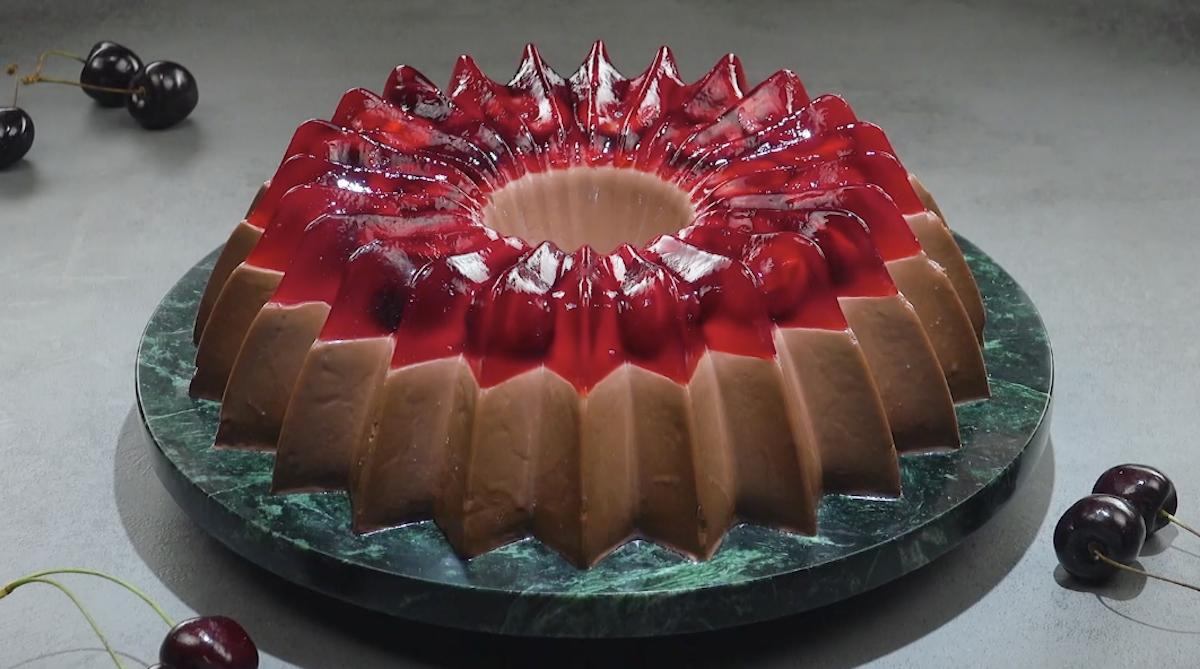 Pudim de chocolate com cobertura de gelatina e cerejas