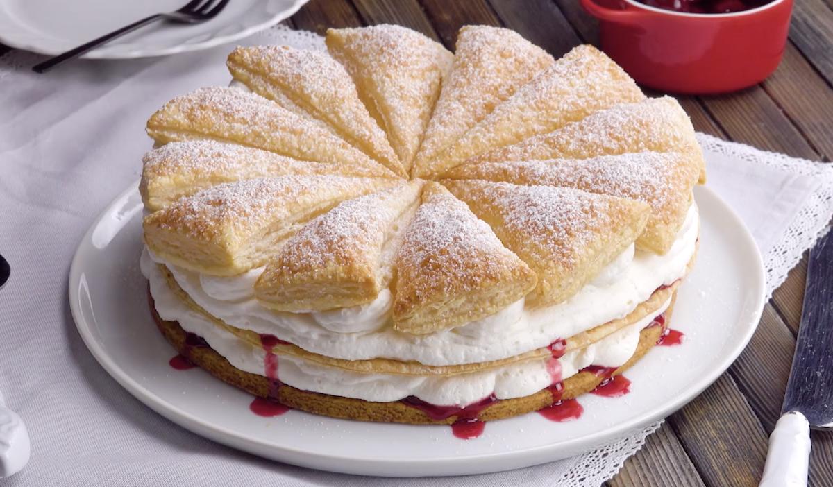 Torta folhada com cereja