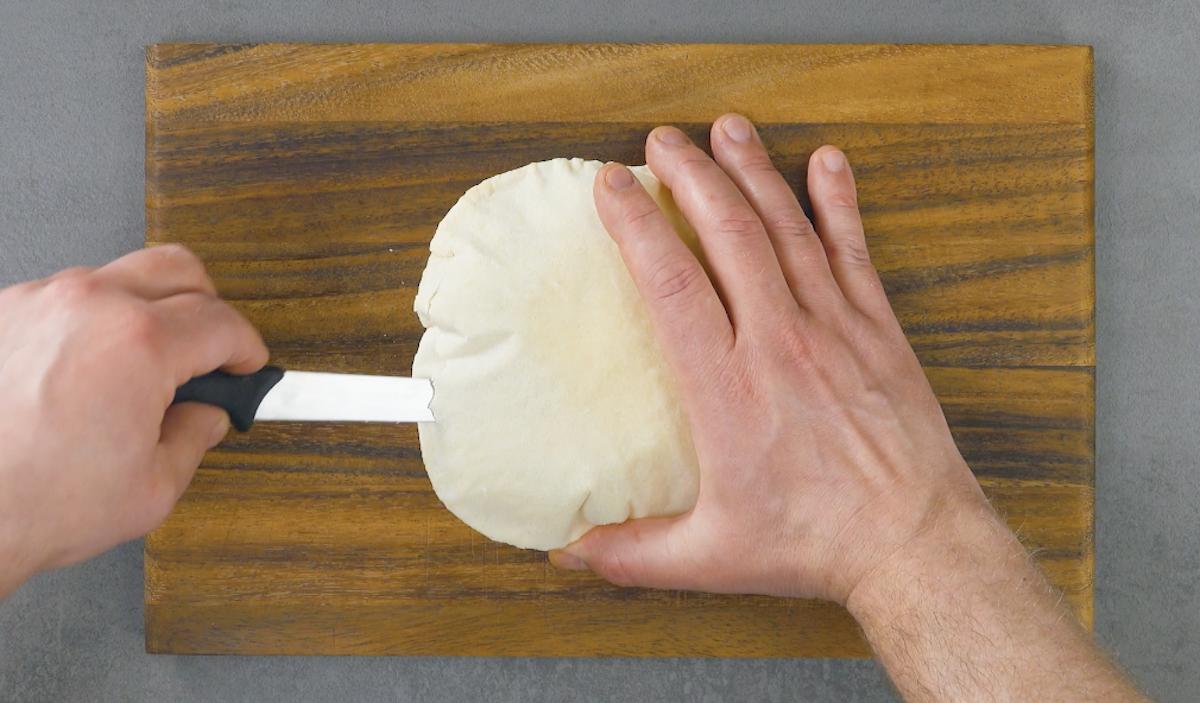 corte a massa de pão assada