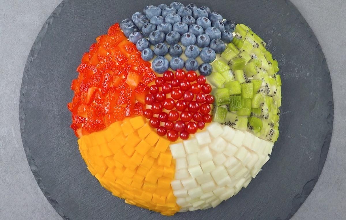 decore o bolo com frutas