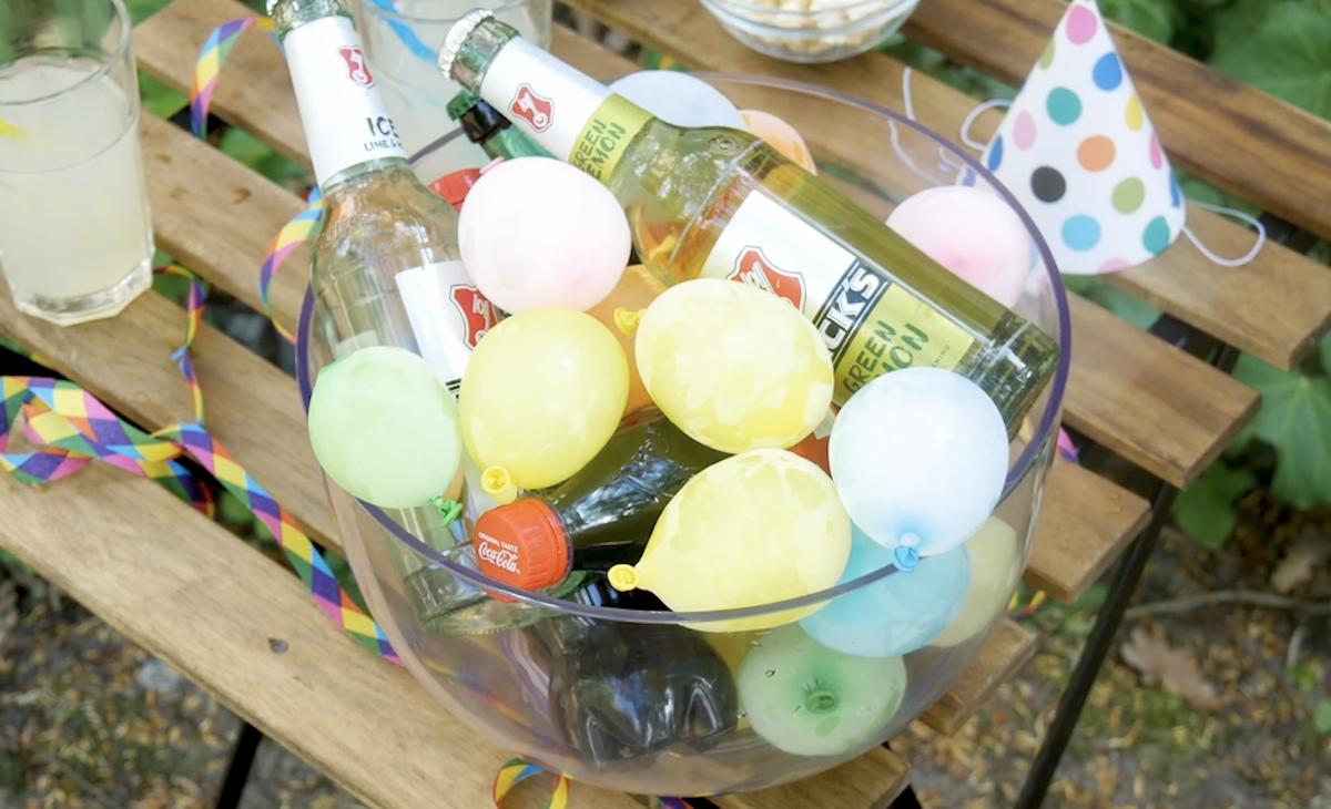 refrescar bebidas com balões de água congelados
